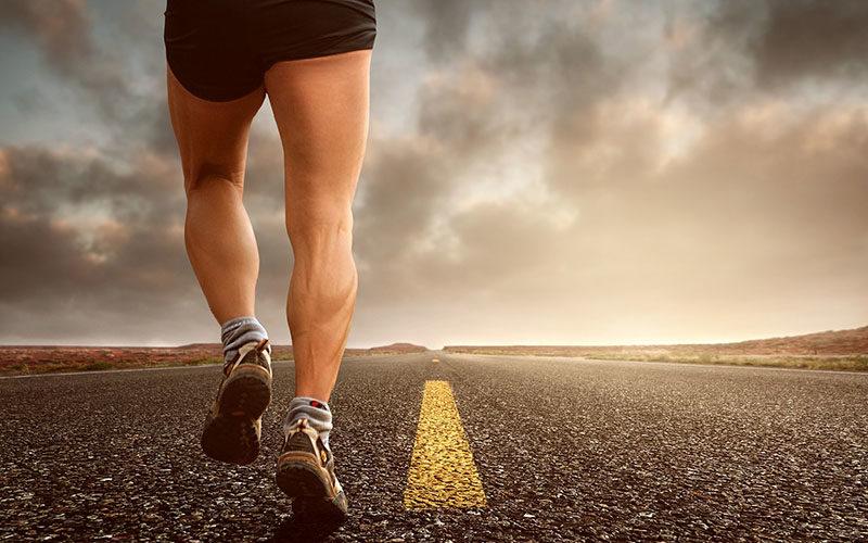 Sportliche Beine Eines Läufers, Der Auf Einer Straße Läuft.